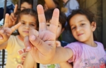 Syrian children holding up peace sign